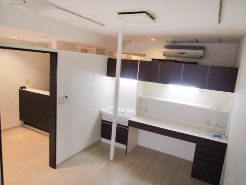 部屋を区切るパーテーションの上部が開いているので、開放感があります。