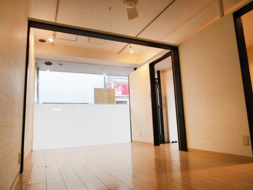 白い壁に美しいフローリングが上品な印象。間口が広いので中は広く感じられます。