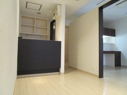 お部屋をすっきり広く見せるホワイト×ブラウンの内装。カウンターもあります。