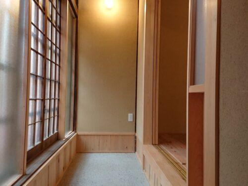 玄関から続く土間(土間の洗い出し仕上げと土壁のテクスチャーが家の趣を表現しています。)(玄関)
