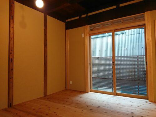 間柱と土壁の温かみのある室内(庭側の建具は無垢材を使用 建具はすべて戸箱に引き込みができます。)(内装)