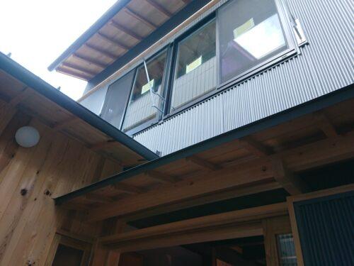 外壁は鋼板と国産杉材を使用 素朴な素材ですので経年経過も味わいが増していきます。