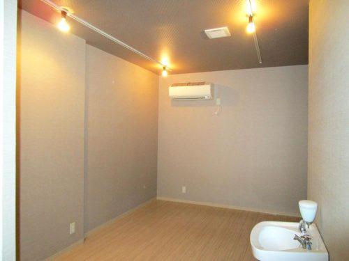 奥のスペースは、スタッフルームやストック置き場にも使えます。